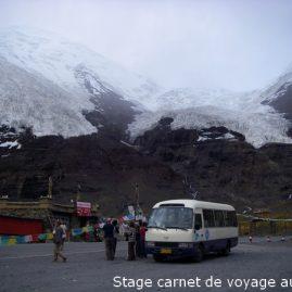 Halte du groupe de stagiaires d'Alain MARC au col de Dungda (5080 m) sur le trajet Zuogong - Zigong au pied de glaciers descendant de sommets de plus de 7000 m.
